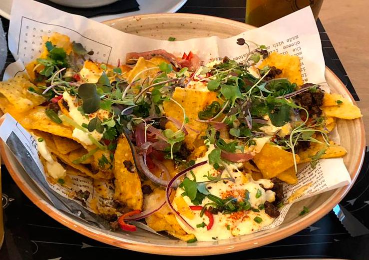 Nachos de maíz, chili con carne, frijoles y jalapeños con queso