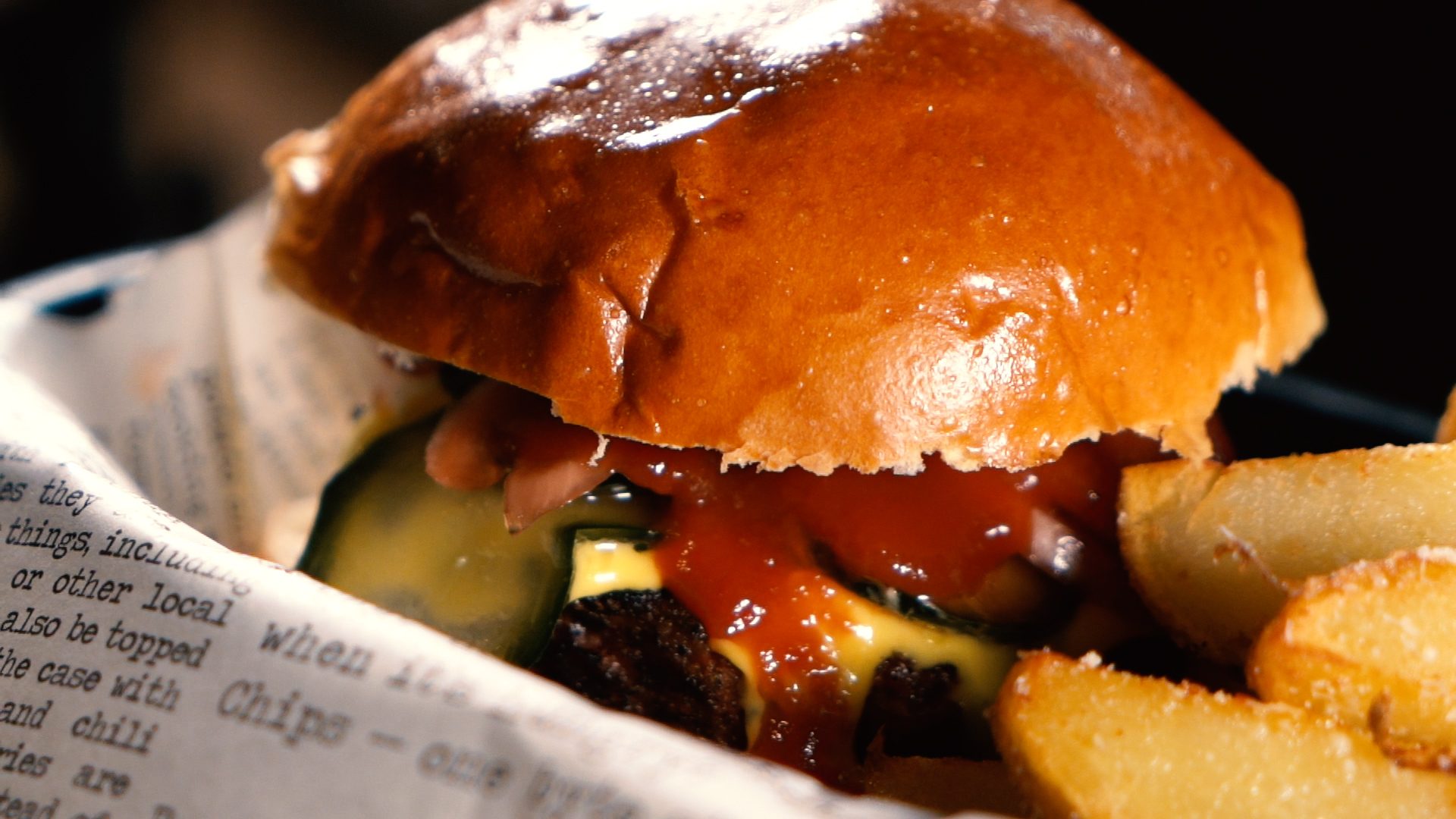 "Hamburguesa vegetariana ""Beyond Burger"" con cheddar, encurtidos y salsa barbacoa con cerveza ahumada"